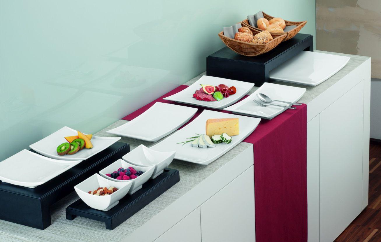 Sliderbild - Stilvoll gedeckte Anrichte mit Käse, Obst, Brot etc