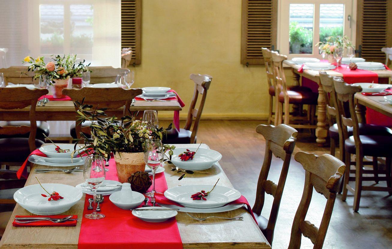 Sliderbild - Gedeckter Tisch mit roter Tischdecke