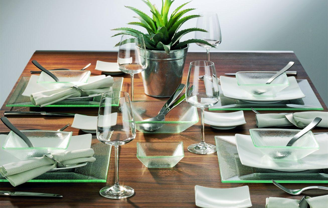 Gläser und Porzellan in schöner Anrichtung